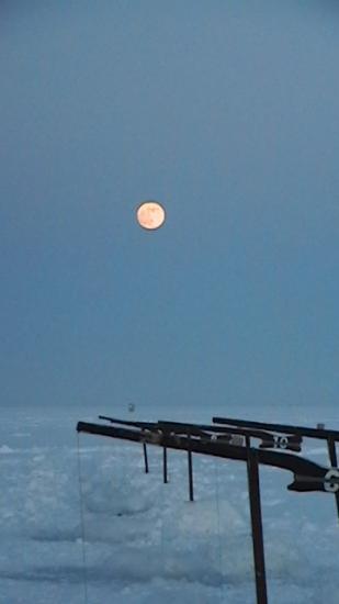 la peche sur glace  la lune ce leve !!