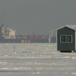la peche sur glace   un bateau dans le chenal a 4km