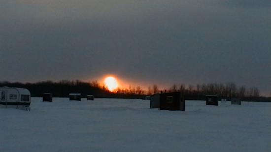 la peche sur glace  le soleil ce couche!!!
